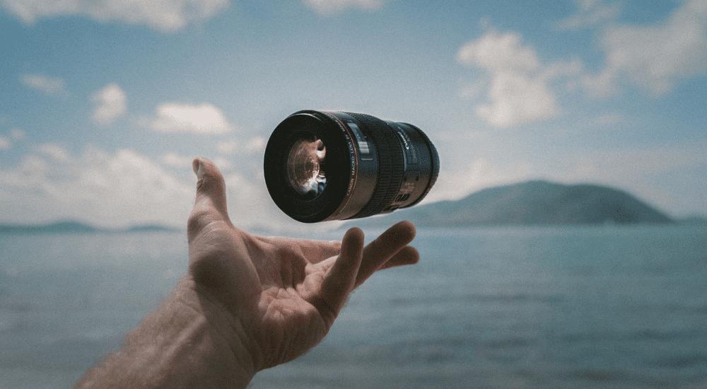 カメラのレンズを持つ人