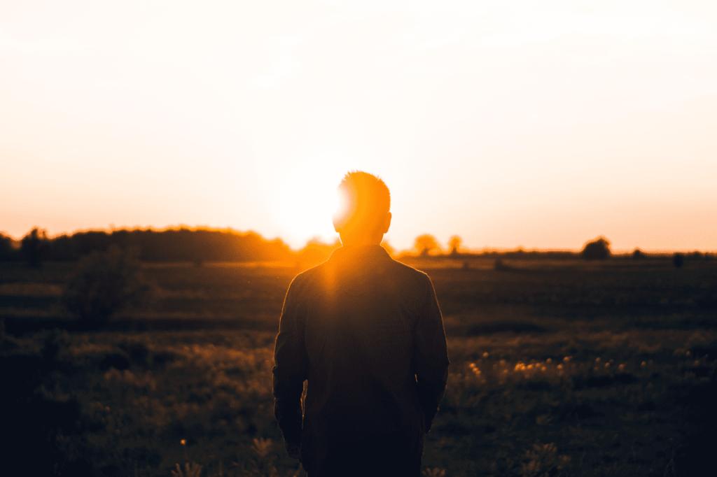 中田 暖人:夕日に立つ男性のシルエット