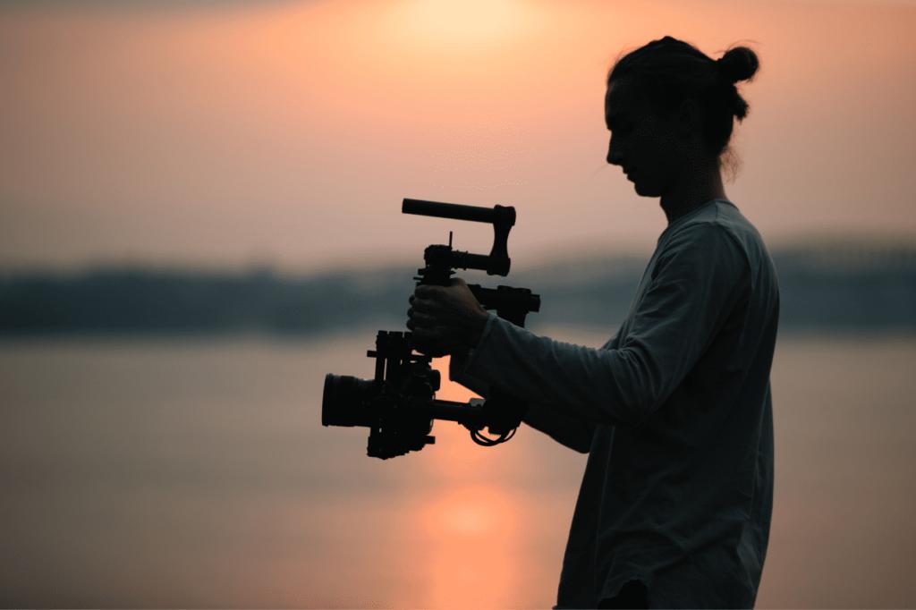中田 暖人:夕日の中でカメラを構える人
