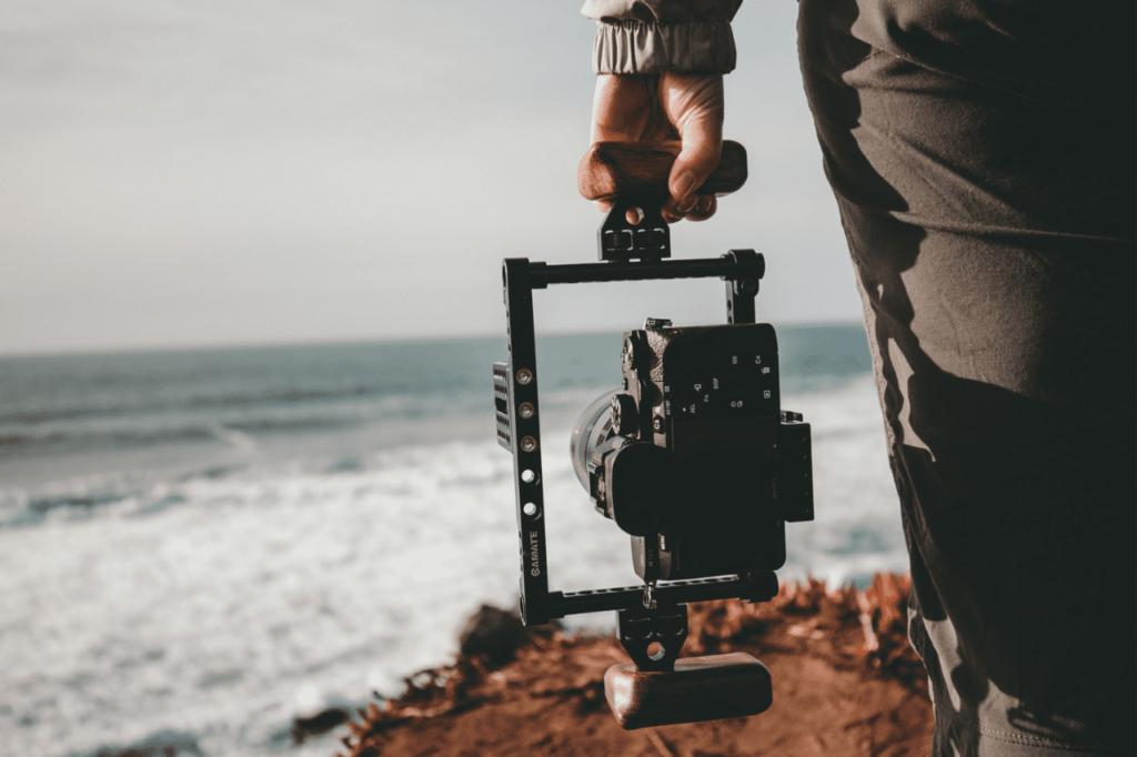 中田 暖人:カメラをもつ男性