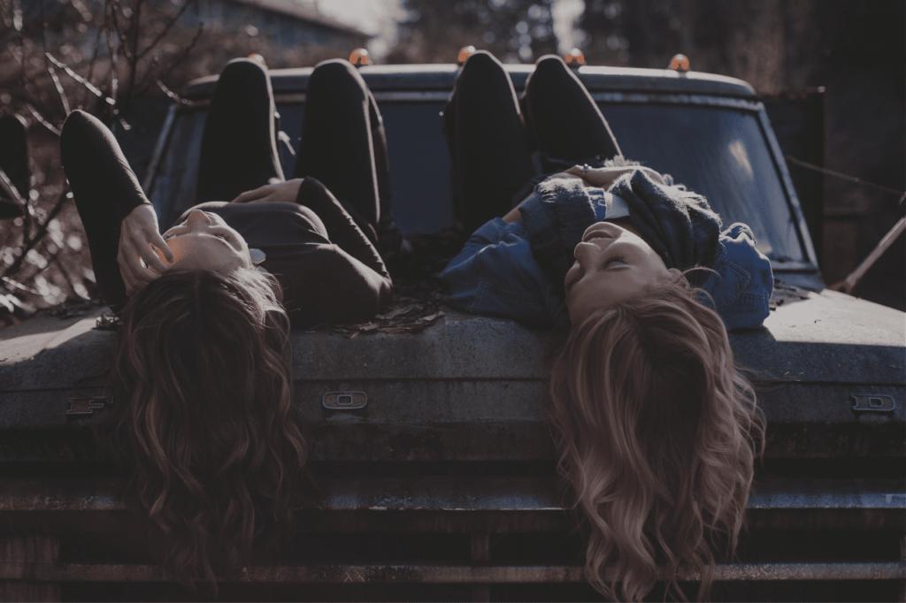 中田 暖人:車の上に寝る2人