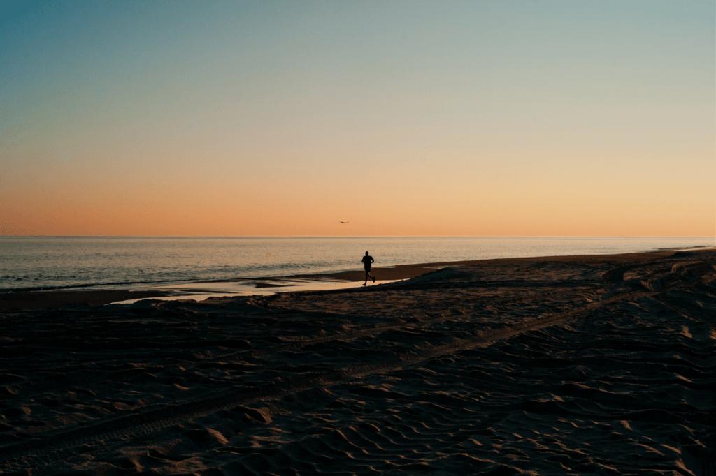 中田 暖人:ビーチを走る人