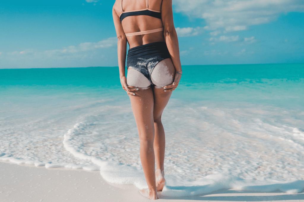 中田 暖人:ビーチに立つ女性