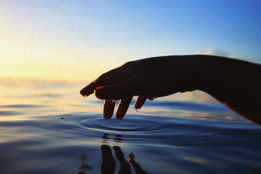 中田 暖人:水面に手を置く人