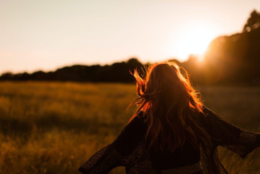 中田 暖人:夕日と女性
