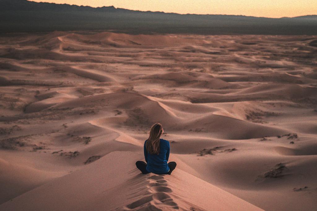 中田 暖人:砂漠で座る女性