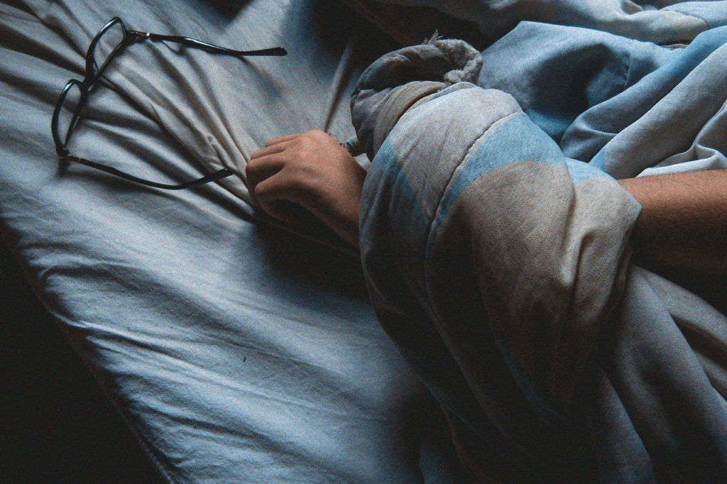 中田 暖人:眠る男性